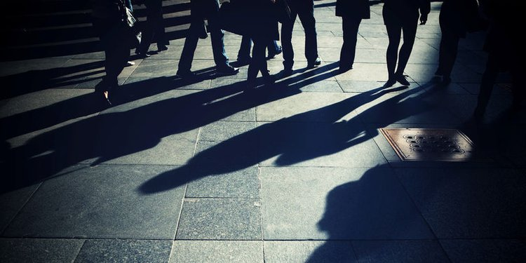 Schatten von Menschen auf der Straße