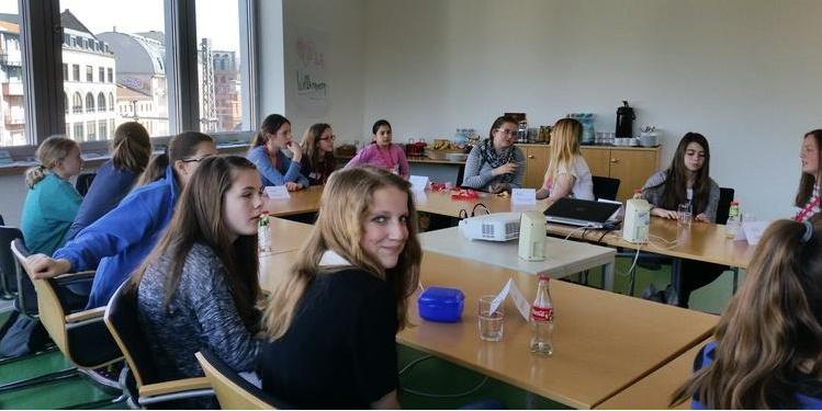 Gruppe Schülerinnen in einem Konferenzraum