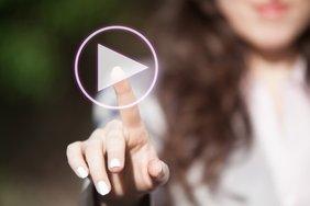 Digitalisierung: Frau drückt Playsymbol