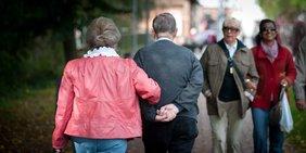 Paar Senioren auf Straße