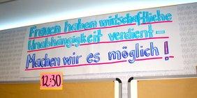 """Plakat mit Aufschrift """"Frauen haben wirtschaftliche Unabhängigkeit verdient - machen wir es möglich!"""""""