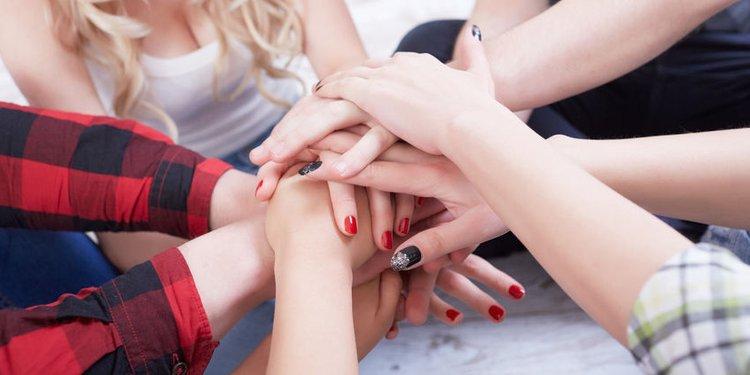 Viele Frauenhände