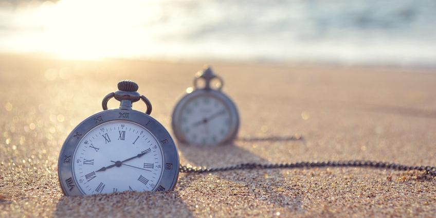 2 Uhren im Sand am Strand